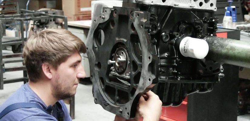 Bild Motoreninstandsetzung Mitarbeiter montiert Motor