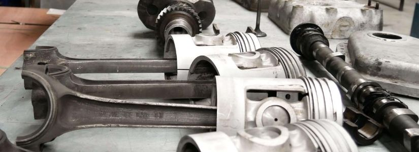Bild Motorenteile auf der Werkbank