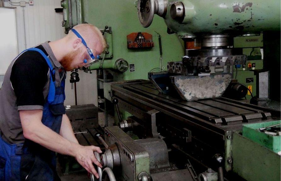Bild Mitarbeiter plant Zylinderkopf
