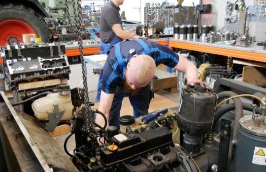 Bild Drees Motorentechnik - Mitarbeiter arbeitet